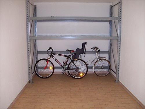 Scaffali per il garage scaffali ikea per il living for Garage per auto modulari 3