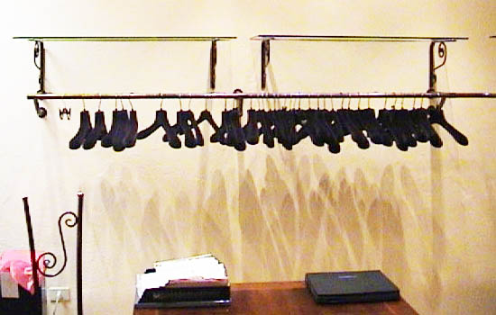 DM produzione vendita stender a muro per negozi e magazzini di abbigliamento