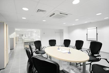 Produzione e fornitura di grandi tavoli per sala riunioni o sala mostra
